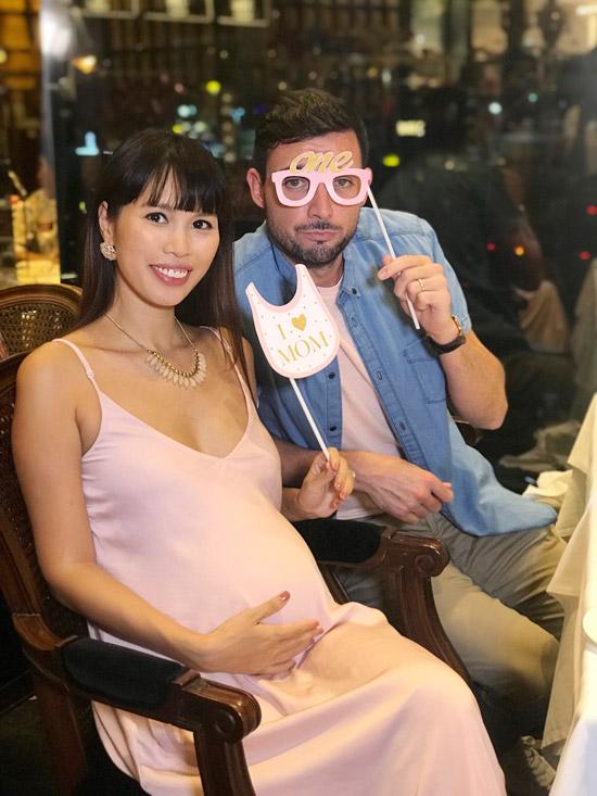 Giữa tháng 5 vừa qua, vợ chồng siêu mẫu Hà thành đã tổ chức tiệc baby shower cho con đầu lòng. Trái ngọt đầu tiên trong cuộc hôn nhân của cặp đôi là một nàng công chúa. Theo dự kiến, em bésẽ chào đời vào tháng 7 tới.