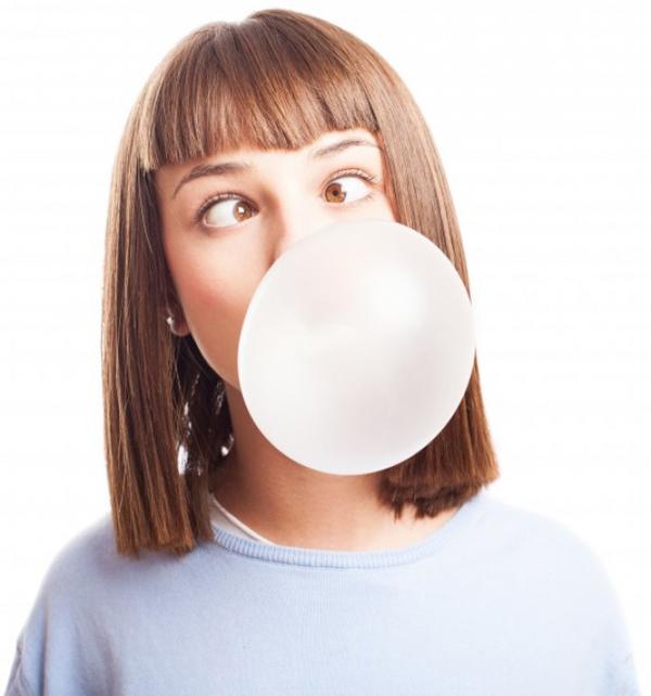 Kẹo cao su Hành động nhai làm kích thích quá trình sản xuất axit trong dạ dày, khiến bạn có cảm giác thèm ăn. Chưa kể, khi nhai kẹo cao su, bạn sẽ nuốt vào bụng một lượng không khí lớn, khiến bụng căng tròn mà vẫn đói.