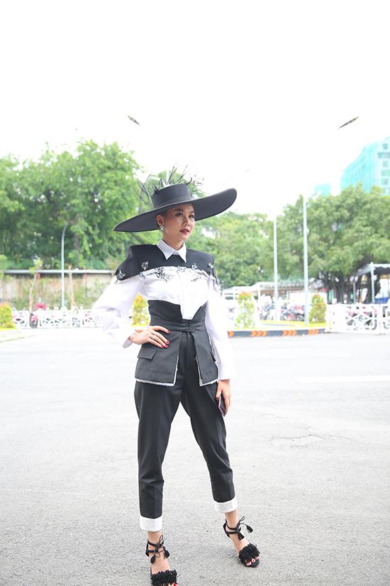 Xuất hiện trong buổi sơ tuyển thí sinh cho The Face 2018 siêu mẫu Thanh Hằng gây ấn tượng với bộ suit trên trắng đi kèm mũ rộng vành.