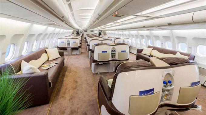 Airbus A340 được là lại khoang hành khách. Ảnh: NS.