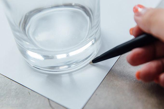Bước 1: Đặt cốc vào tờ A4, dùng bút vẽ hình tròn dựa theo đường cong của đáy cốc.