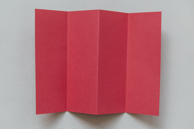 Bước 2: Gấp tờ giấy đỏ thành bốn phần ngang nhau.