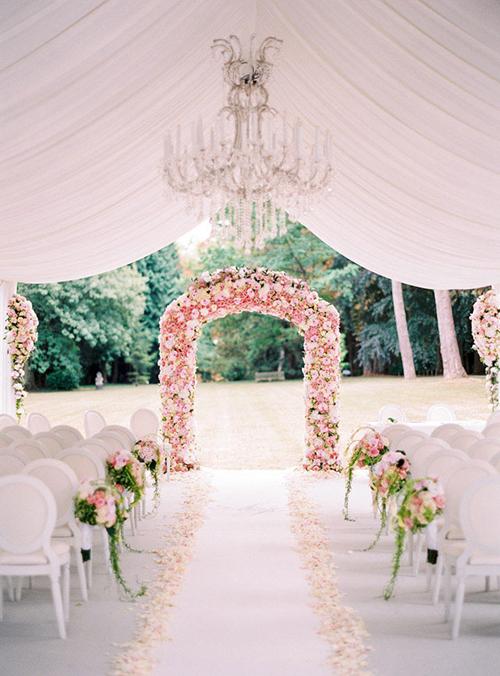 1. Cổng hoa: Cổng hoa được kết từ hoa hồng pastel và hồng trắng sẽ là một lựa chọn hoàn hảo cho đám cưới trong mơ của hai bạn. Với màu nền tươi sáng, nhiếp ảnh gia có thể dễ dàng ghi lại được những bức hình lãng mạn, ngọt ngào.