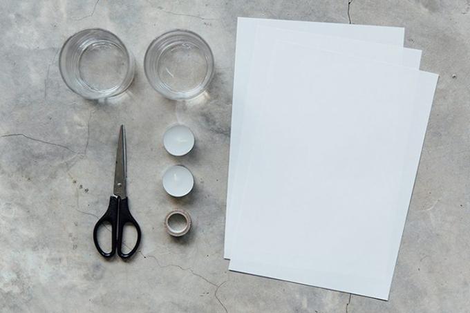 Những thứ bạn cần gồm: Tờ giấy A4 (màu bất kỳ), nến, cốc thủy tinh, băng dính washi Nhật, bút và kéo.