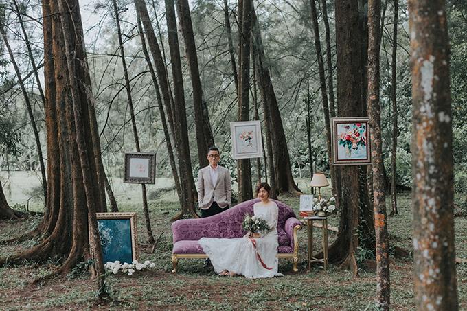 Vợ chồng tôi luôn muốn chụp hình cưới ở nơi gần gũi với thiên nhiên. Chúng tôi đã tạo nên dấu ấn cá nhân bằng cách mang những tác phẩm hội họa của Alicia và phong cách cổ điển thời Victoria vào bộ ảnh, Kian Chee chia sẻ về ý tưởng chụp hình.