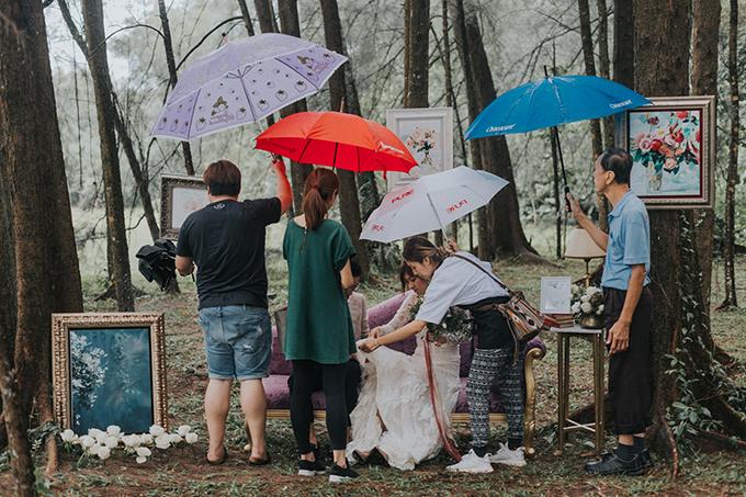Uyên ương đã phải hoãn chụp hình hai lần vì thời tiết xấu và đến lần thứ ba, trời vẫn tiếp tục đổ mưa.