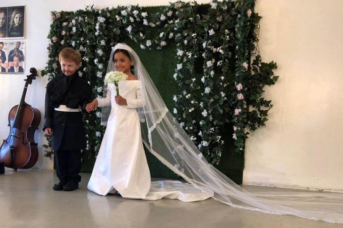Bé Otero và Robert Joy trong vai trò cô dâu và chú rể. Ảnh: Reuters.