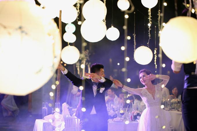 Sau khi hoàn tất các nghi thức trong đám cưới, cả hai bắt đầu hướng dẫn khách mời tập nhảy.