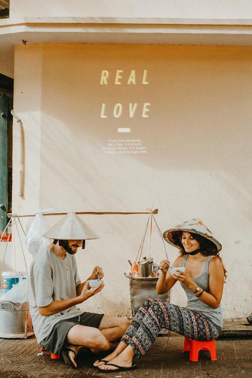 Người mẫu trong bộ ảnh là anh Thibaut Foucquart (28 tuổi) và chị Cannelle (25 tuổi) đến từ Pháp. Trong ảnh, cả hai đều đội nón lá Việt Nam và ăn mặc bình dị. Tuy không phải là người yêu ngoài đời nhưng màn thể hiện của cả hai trong vai trò cô dâu, chú rể vẫn khiến nhiều người phải mê đắm. Những bức tường nhuốm màu thời gian càng tô điểm thêm nét cổ kính cho bộ ảnh đường phố.