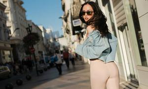 Vũ Ngọc Anh mặc đồ bó màu nude, khoe vòng ba trên đường phố Pháp