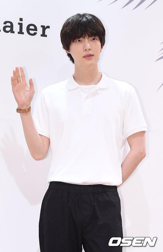 Ahn Jae Hyun cùng vợ dự hoạt động, anh để tóc dài hơn nên trông càngđẹp trai, lãng tử.