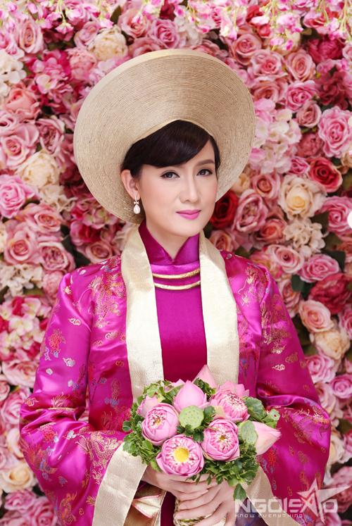 Cùng với sự hỗ trợ của chuyên gia trang điểm Hồ Khanh, diễn viên Hiền Mai gợi ý phong cách makeup đầu tiên tông hồng cánh sen dịu dàng, nữ tính. Sẽ thật hài hòa nếucô dâu chọn kiểu trang điểm này khi mặc áo dài truyền thống cùng màu.