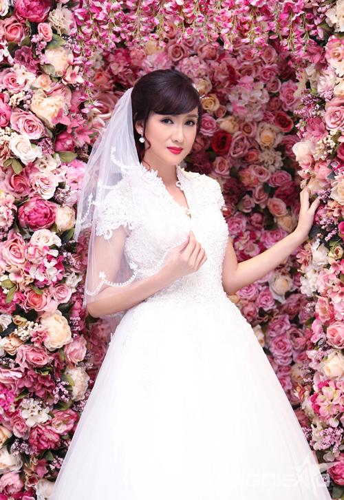 Nếu như trang điểm cho lễ gia tiên, cô dâu cần tiết chế về màu sắc, tránh các tone quá nổi bật hoặc kiểu makeup phá cách thì ở buổi đãi tiệc, cô dâu có thể thả lỏng hơn một chút. Tone đỏ trầm theo Hồ Khanh là phù hợp với cô dâu tuổi trung niên và tôn da.