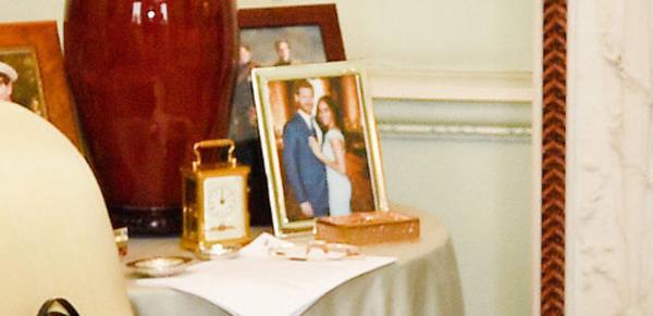 Bức ảnh chưa từng công bố của vợ chồng Harry được trưng trong Điện Buckingham - 1