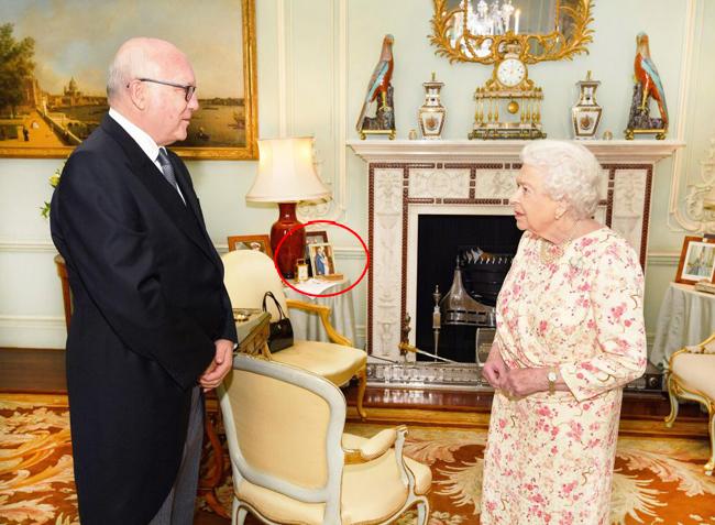Bức ảnh chưa từng công bố của vợ chồng Harry được trưng trong Điện Buckingham
