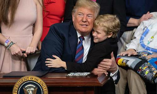 Cậu bé teo cơ hai lần ôm hụt Tổng thống Trump