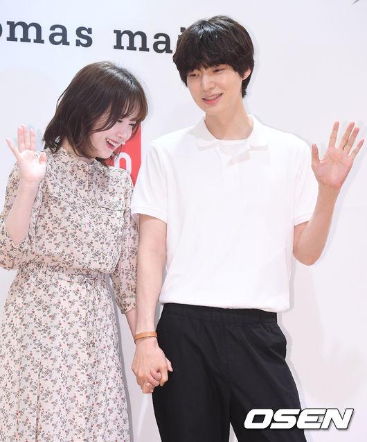 Cặp saotay trong tay tại sự kiện. Trên trang cá nhân, Goo Hye Sun thường chia sẻ những hìnhảnh hai vợ chồng bên nhau rất tình cảm, cho thấy hôn nhân của họhạnh phúc viên mãn.