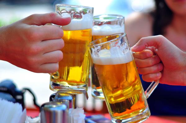 Đồ uống chứa cồnĐồ uống có cồn thường chứa hàm lượng calories cao, nằm trong nhóm thực phẩm không được khuyến khích. Một nguyên nhân khác khiến các chuyên gia dinh dưỡng cảnh báo bạn cần tránh xa đồ uống có cồn là do chúng làmtê liệt một phần não bộ, ngừng phát tín hiệu no đến dạ dày, khiến bạn có cảm giác thèm ăn hơn.