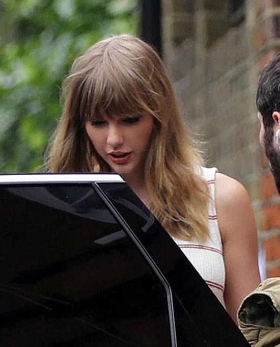 Khác hẳn những mối tình trước, lần này Taylor Swift giữ kín chuyện tình cảm. Cô đã chịu quá nhiều tai tiếng sau khi kết thúc mối quan hệ tình cảm với tài tử Tom Hiddleston vào năm 2016. Thời gian đầu yêu Joe Alwyn, Taylor còn che chắn kín mít mỗi khi đến London để không ai nhận ra, tuy nhiên gần đây nữ ca sĩ đã thoải mái lộ diện hơn.