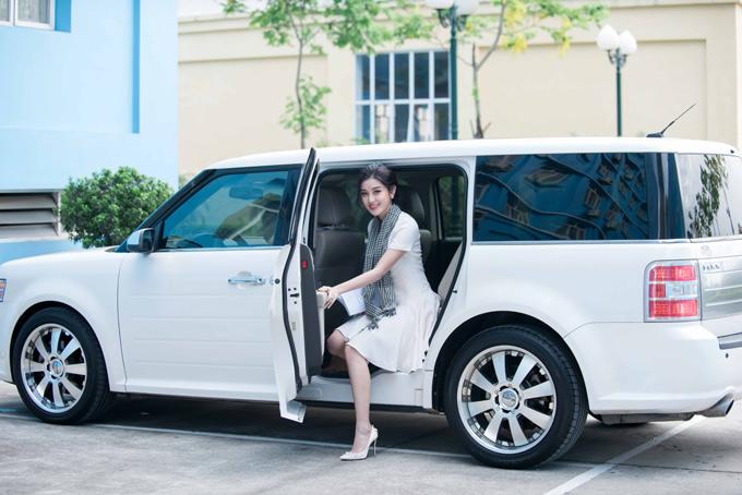 Huyền My được mời tham gia buổi giao lưu với chủ đề Khơi dậy niềm tin khởi nghiệp tổ chức tại Đại học Thành Đô, Hà Nội. Á hậu xuất hiện trên chiếc xế hộp phiên bản đặc biệt giới hạn, nhập khẩu nguyên chiếc từ Mỹ về, có giá hơn 2 tỷ đồng.