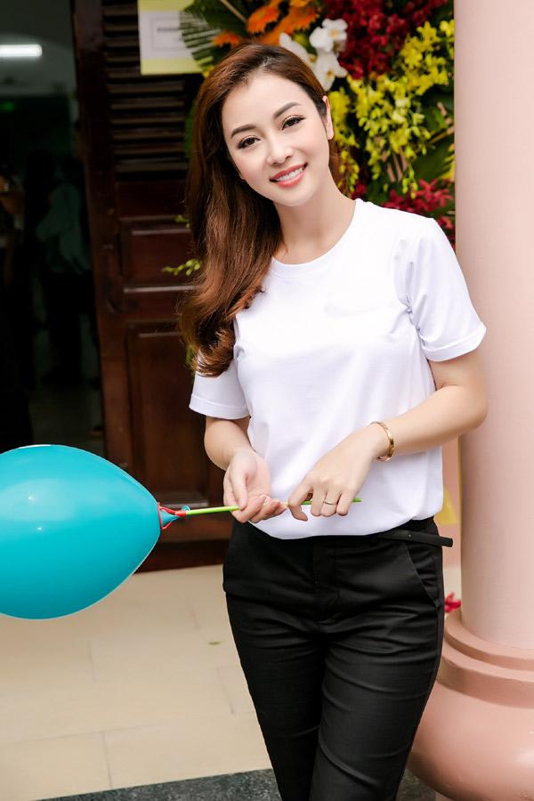 Jennifer Phạm tham dự Ngày hội thiếu nhi ở tại Bệnh viện Nhi Đồng 2 TP HCM, sáng 1/6. Gái 3 con khoe nhan sắc rạng ngời.