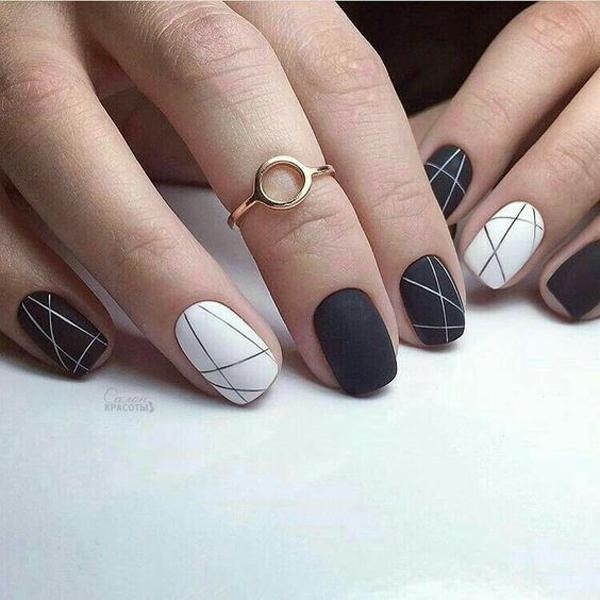 Sắc đen trắng tương phản kết hợp với họa tiết sọcbất đối xứng.