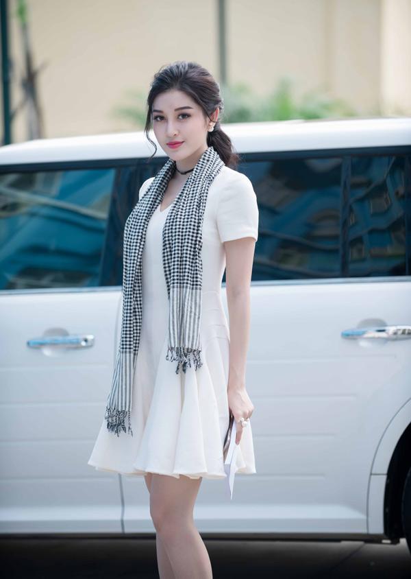 Huyền My mặc đơn giản, quàng khăn rằn đi gặp gỡ sinh viên thủ đô.