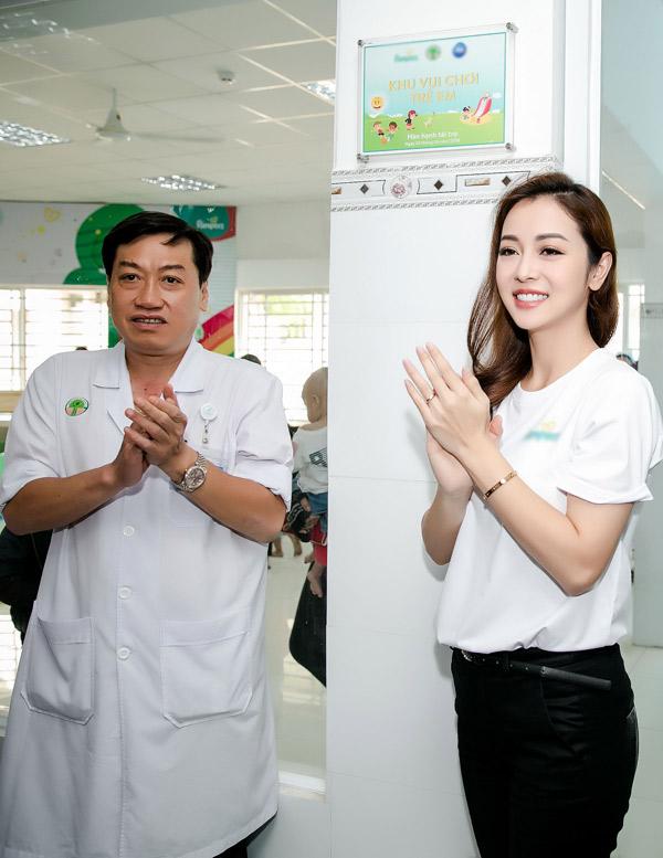 Với vai trò đại sứ của một nhãn hàng, Jennifer Phạm dự buổi trao tặng sân chơi trẻ em cho Bệnh viện Nhi Đồng 2 để các bé có chỗ vui chơi, bớt cảm giác sợ sệt khi phải đi khám bệnh.