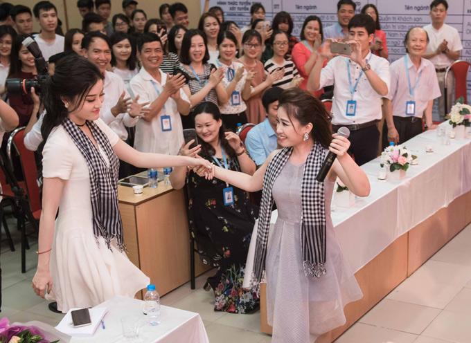 Dương Hoàng Yến rủ Huyền My lên sân khấu biểu diễn chung một ca khúc.