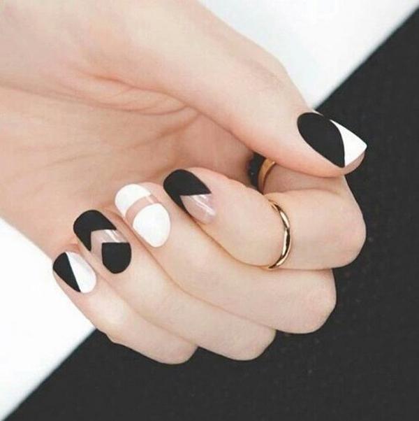 Móng lì đen trắng kết hợp với những khoảng nude được vẽ bằng sơn màu trong ấn tượng.