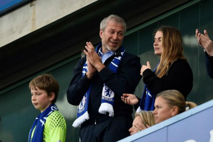Abramovich thường xuyên có mặt cổ vũ Chelsea, đội bóng ông mua với giá 233 triệu USD. Ảnh: Reuters