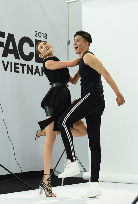 Chân váy da đen, áo bất đối xứng biến tấu từ kiểu vest được siêu mẫu phối hợp cùng bốt nhựa trong hot trend.