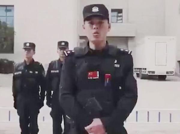 Nhóm sĩ quan xuất hướng dẫn một cách nghiêm túc ở đầu video nhưng lại trở nên hài hước ở đoạn cuối. Ảnh cắt từ video.