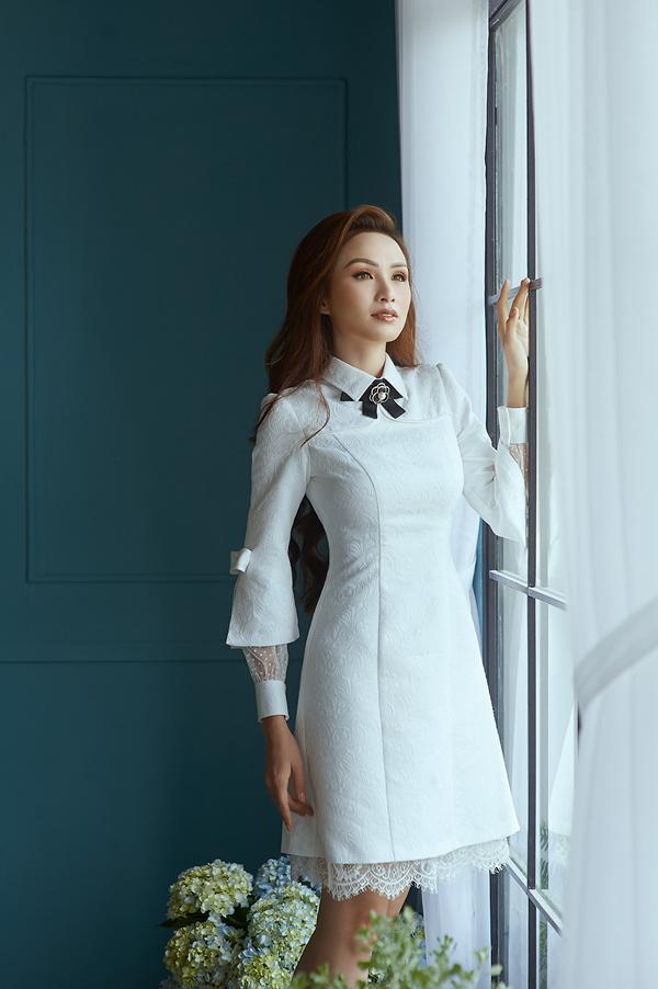 Bên cạnh việc áp dụng những đường cắt phóng khoáng để tăng nét gợi cảm cho trang phục, nhà mốt Việt còn giới thiệu các kiểu váy thanh lịch, ảnh hưởng phong cách cổ điển.