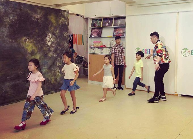 Đạo diễn Nguyễn Hưng Phúc dạy catwalk cho thiếu nhi tại Hong Kong - 6