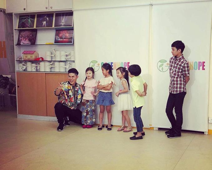 Đạo diễn Nguyễn Hưng Phúc dạy catwalk cho thiếu nhi tại Hong Kong - 3
