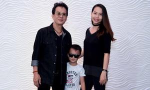 Nhạc sĩ Đức Huy đi sự kiện cùng vợ kém 44 tuổi và con trai