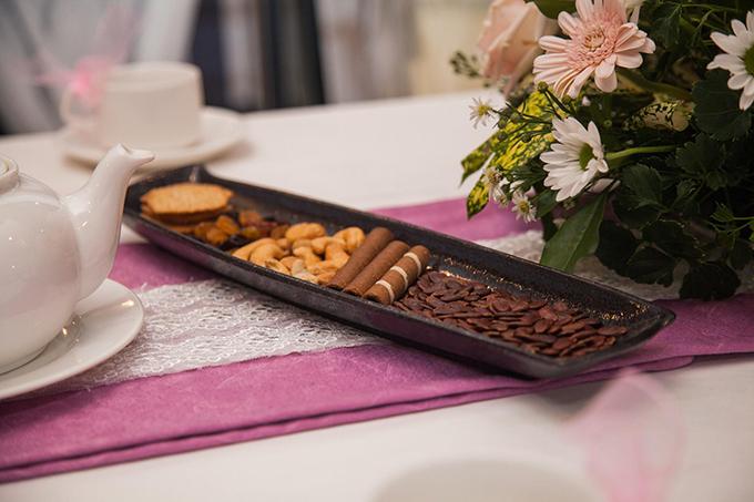 Gia đình nhà gái chuẩn bị bánh quy, bánh quế, hạt hướng dương, hạt điều và trà để tiếp đón nhà trai. Các thức quà trên được wedding planner gợi ý cho Kim Nhã là những món ăn bình dị, gần gũi của người Việt Nam.