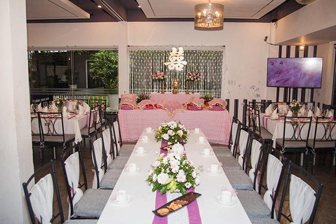 Nữ người mẫu sinh năm 1990 chọn gam hồng pastel cho lễ ăn hỏi với chồng Thái Lan bởi dạo này nhìn cái gì cũng thấy màu hồng. Cô chọn màu cho không gian làm lễ còn lại việc trang trí để đối tác thực hiện trong khoảng nửa ngày.