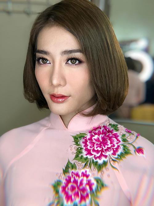 Kim Nhã khoe diện mạo tươi tắn với lớp makeup tone hồng pastel trẻ trung trước lễ ăn hỏi. Cô diện mẫu áo dài màu hồng phấn đơn giản với hai bông hoa mẫu đơn hồng đậm thêu trên ngực áo.