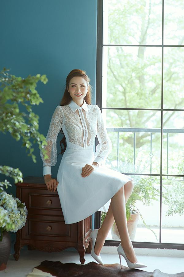 Các mẫu váy cách phối chất liệu hài hoà, kiểu dáng thanh lịch và hiện đại sẽ giúp phái đẹp trở nên cuốn hút hơn trong các buổi tiệc mùa hè.