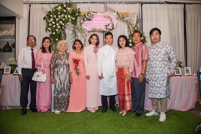 Trong lễ ăn hỏi, uyên ương cũng mặc trang phục truyền thống của Việt Nam là diện áo dài. Còn cha mẹ chú rể mặc trang phục của Thái Lan.