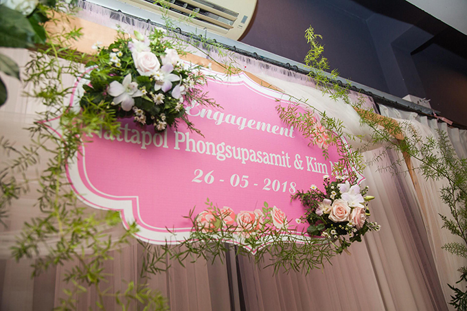Cổng hoa cũng được trang trí bởi những nhành hoa hồng, hoa lan tươi với sắc trắng, hồng.