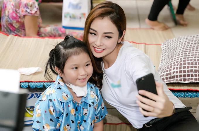 Có kinh nghiệm làm mẹ nên Jennifer Phạm làm quen với các bé rất nhanh.