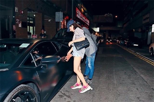 Quách Phú Thành lái siêu xeLamborghini đưa bà xã đi ăn tối - 1