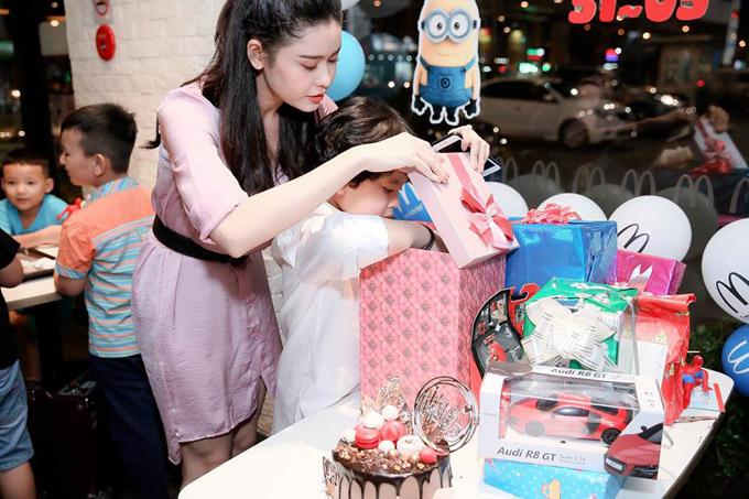 Trương Quỳnh Anh giúp con trai mở từng hộp quà. Sushi nhận được rất nhiều món đồ chơi như ô tô, quần áo.