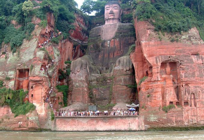 Tượng Phật chìm trong vách núi biết khóc ở Trung Quốc