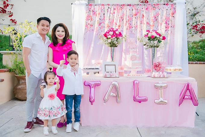 Thanh Thảo bên con trai nuôi Jacky và bé gái con của Thuỵ Anh (em gái cô). Ca sĩ Justin Nguyễn cũng có mặt.