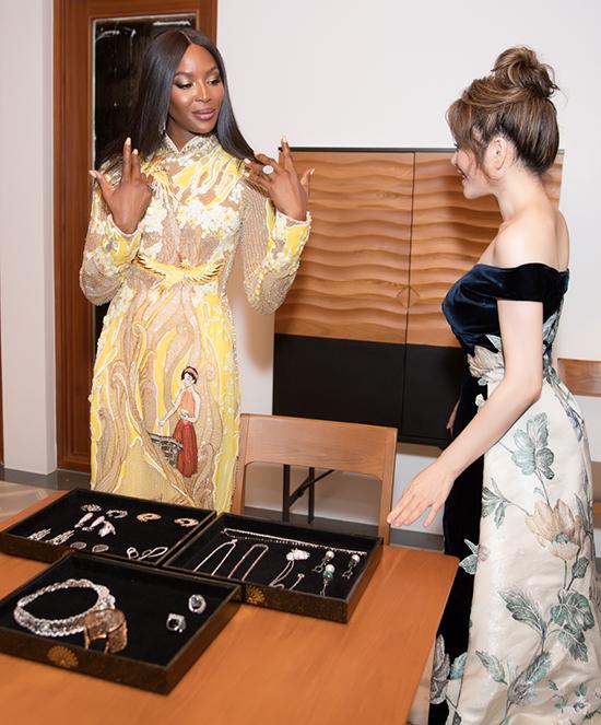 Cựu Đại sứ Du lịch nhiệt tình giúp báo đen lựa chọn trang sức để phối hợp hài hoà cùng mẫu áo dài thêu tinh xảo.