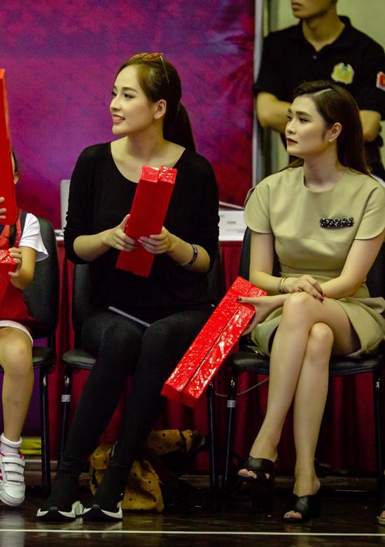 Người đẹp đến theo dõi một trận bóng rổ của độiThăng Long Warriors. Suốt trận đấu, cô ngồi ở ghế khán giả, nhiệt tình cổ vũ cho các cầu thủ.